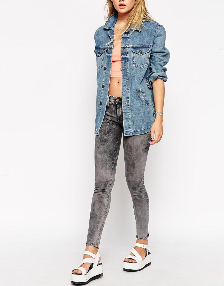 Jeans von Wildfox Baumwollmischung, festes Stretch-Denim Mittelhoher Schnitt konturierter Bund Reißverschluss vier Taschen eng und figurnah geschnitten Maschinenwäsche 92% Baumwolle, 5% Polyester, 3% Elastan Model trägt UK-Größe 8/EU-Größe 36/US-Größe 4 und ist 173 cm/5 Fuß 8 Zoll groß