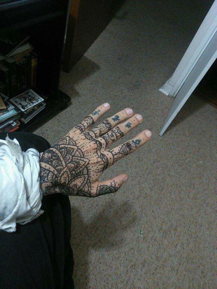 No es un tatuaje me rate mi propia mano con unos sharpies.