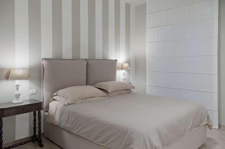 Stanza da bagno shabby chic style con pareti bianche foto idee