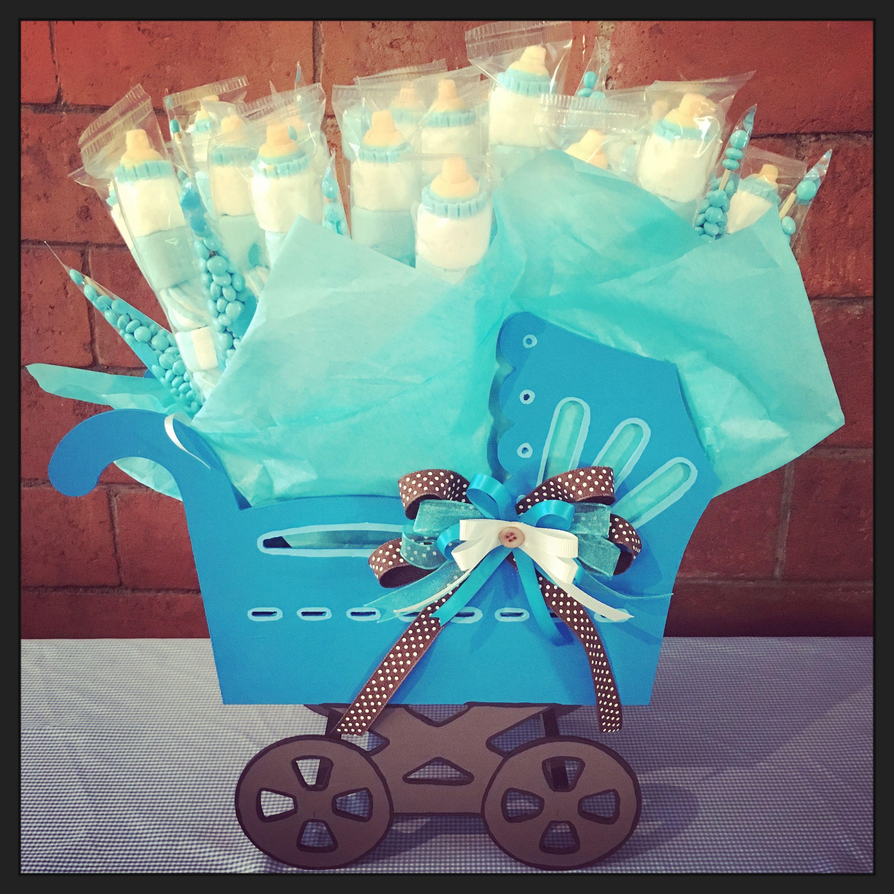 Centro de mesa de carriola con brochetas de dulces y for Mesa de dulces para baby shower nino