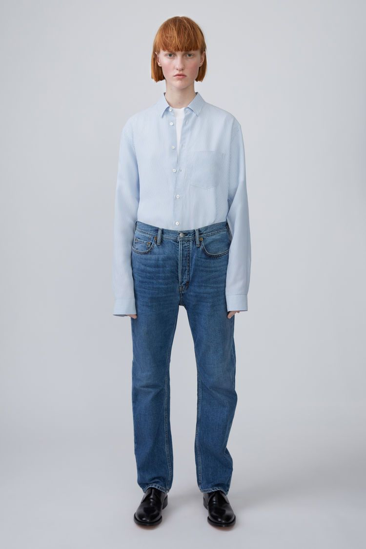 3eefbd76ab88 Acne Studios Blå Konst Log mid blue are loose fitting, 5-pocket jeans with  a dropped crotch.
