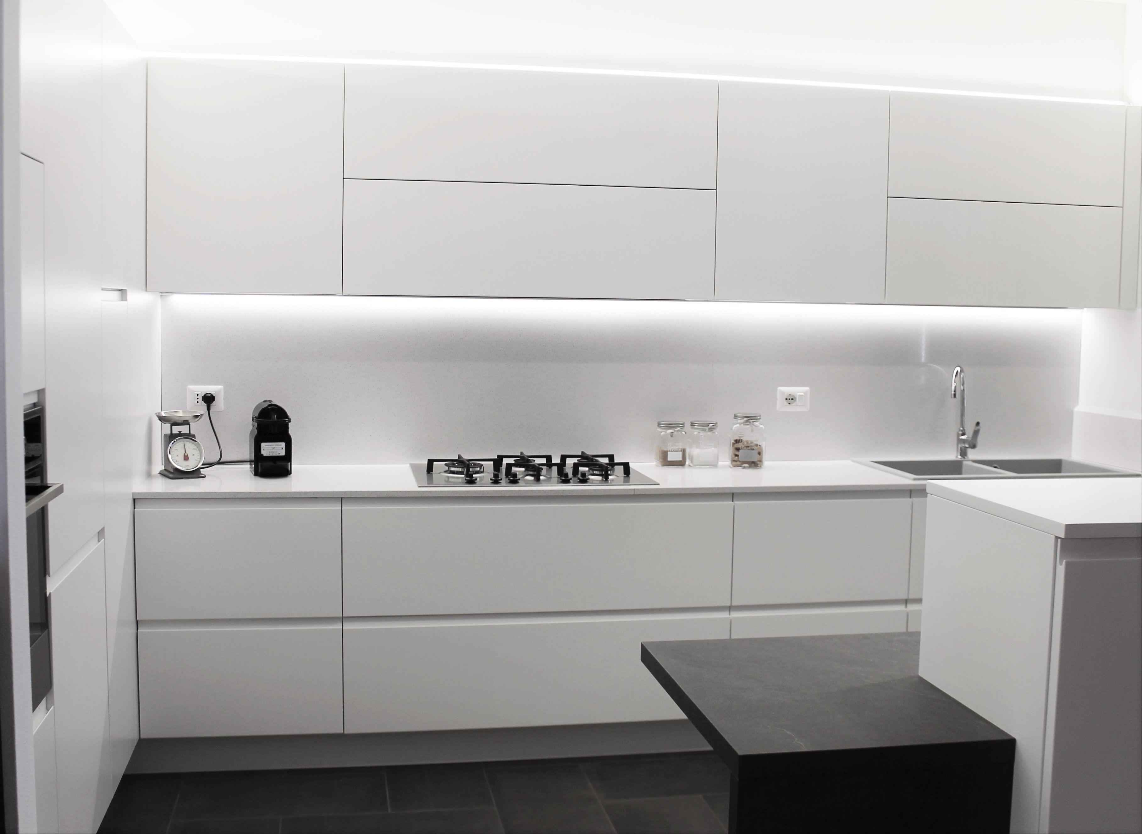 cucina laccato lucido bianco con pavimento e piano snack ...