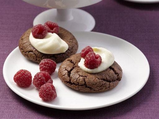 Schoko-Cookies mit Vanillesahne und Himbeeren - Rezept