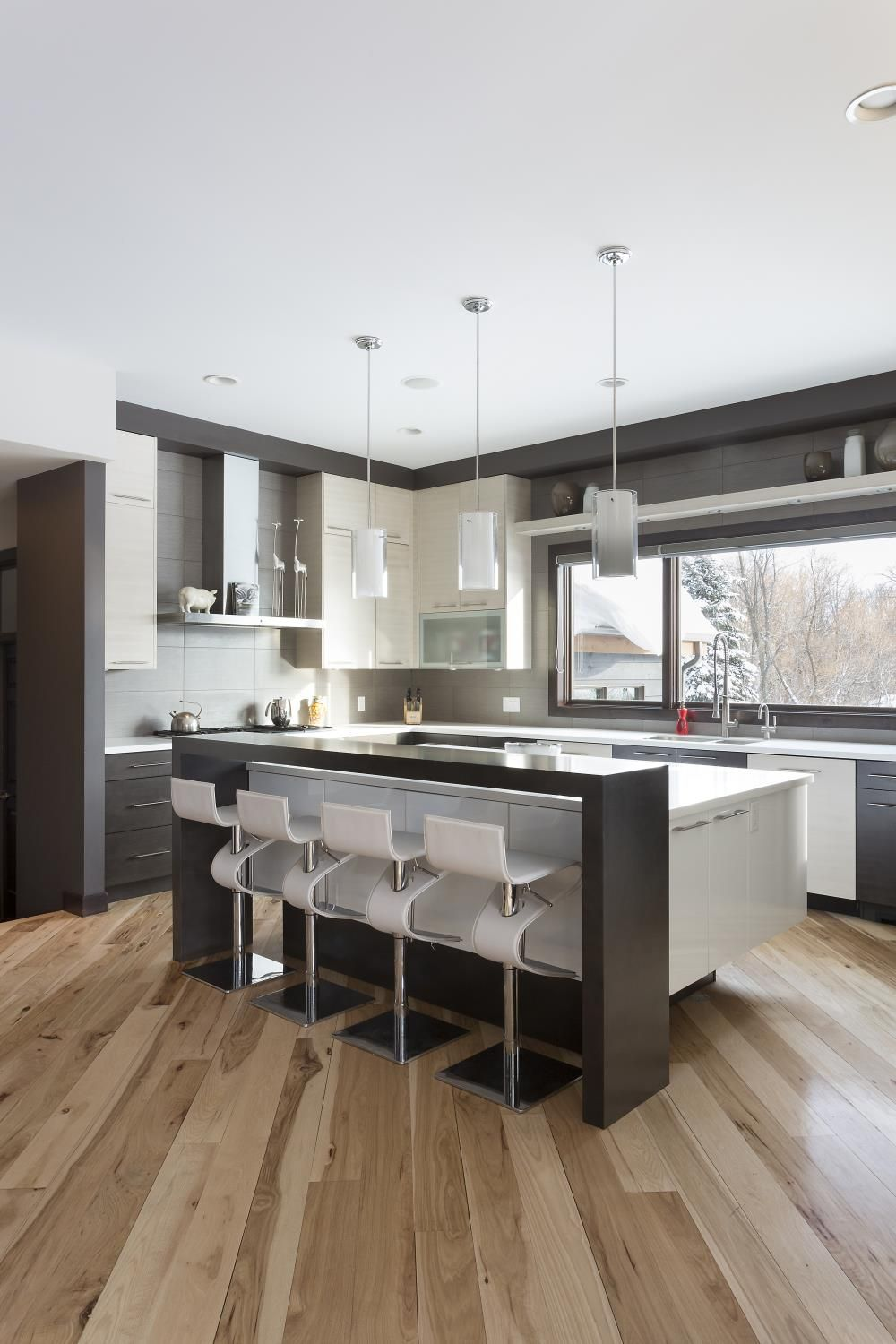 This Contemporary Kitchen Features A Two Tone Style In Thermafoil Kitchen And Bath Remodeling Kitchen Design Kitchen