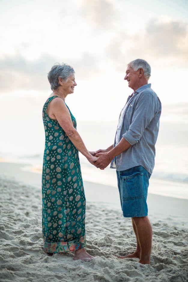 Altes Paar Hand In Hand in 2020 | Alte paare, Paar hände, Frau