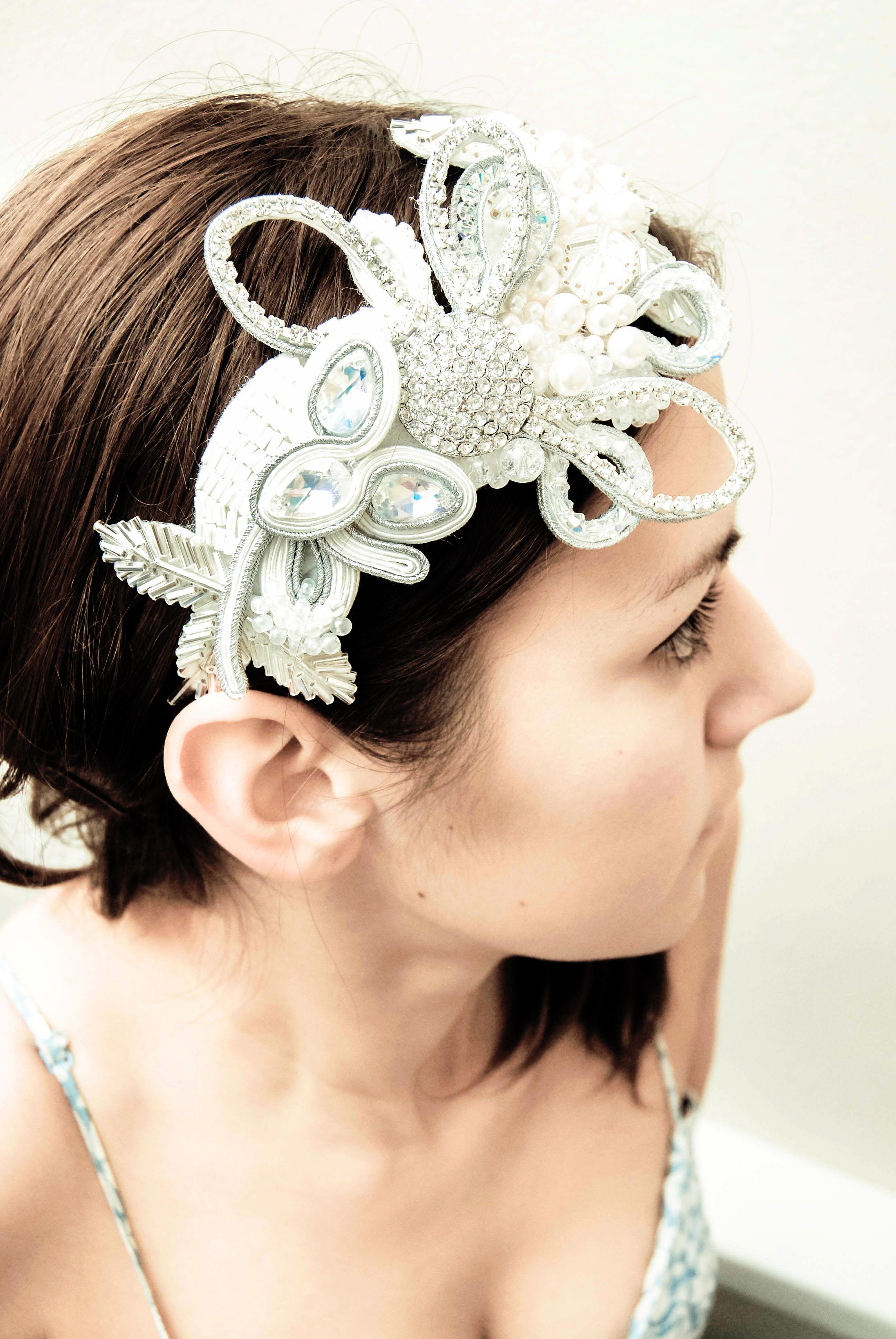 wedding headband   soutache hair accessories   Swarovski Sposa Con Fascia  Di Fiori 2ecb212dcc31