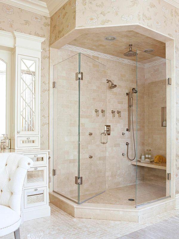 Kleines Luxus Badezimmer Duschkabine Marmor Helle Farben Sessel