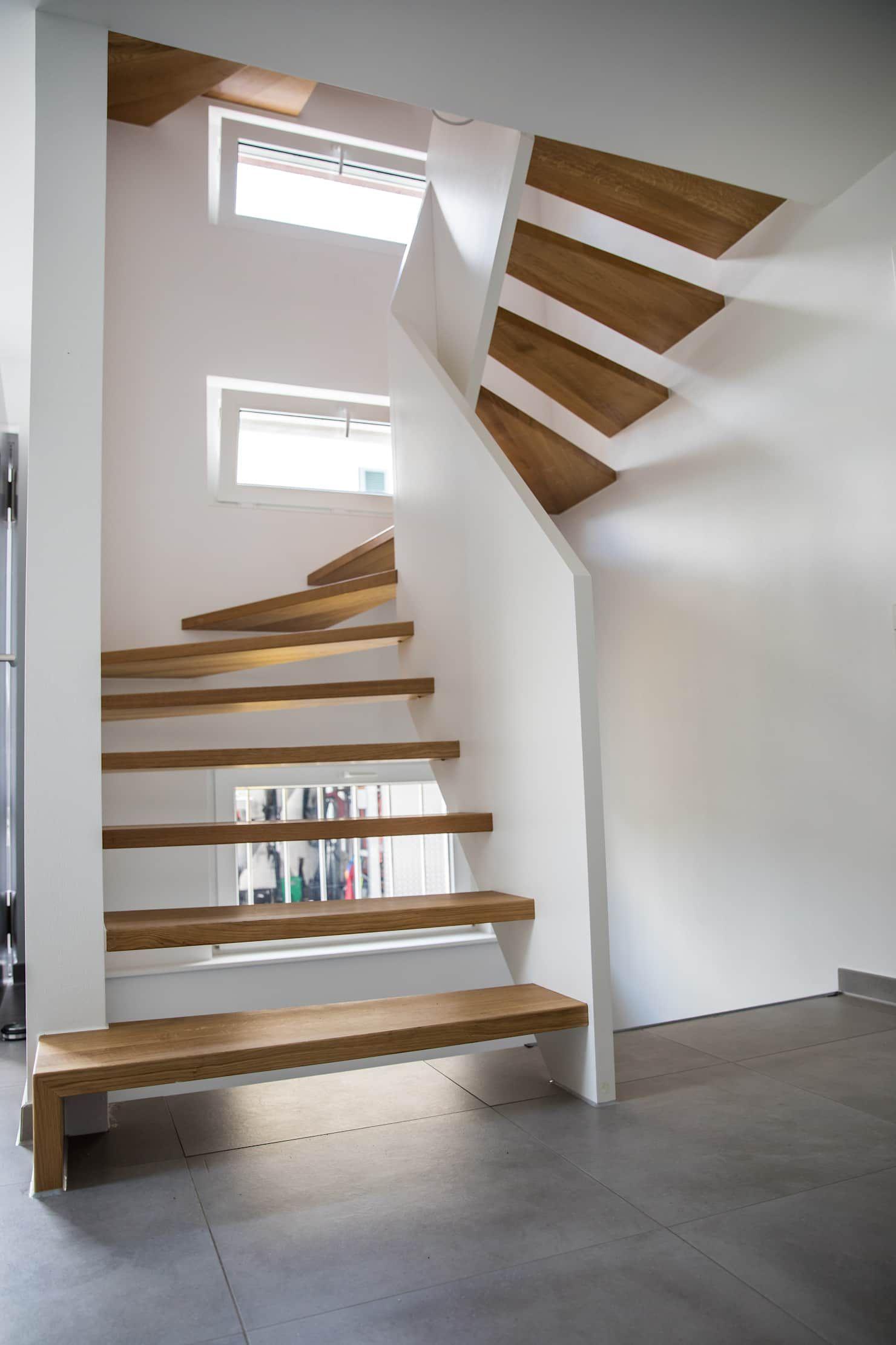 Photo of 1/2 gewendelte treppe mit brüstungshohen wangen moderner flur, di