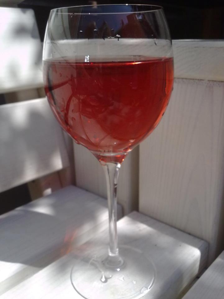 Heerlijk... zomers in de tuin een roseetje drinken!