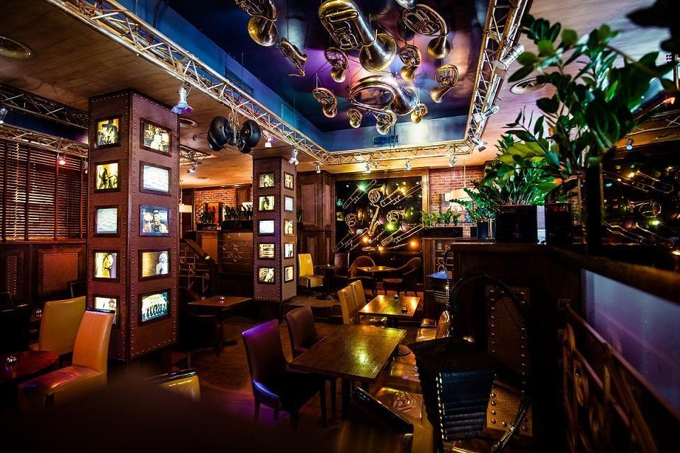 Ми вже писали про наші улюблені місця для сніданку. Сьогодні ми розповімо вам про два ресторани, в яких можна добре пообідати або повечеряти. Звичайно, всі вони знаходяться зовсім поруч із NEW YORK Concept House.  Ресторан ОДЕСА на Великій Васильківський, 114. Вишуканий сучасний заклад, який відомий своїми авторськими стравами. Наша рекомендація – філе форелі з голландським соусом, картоплею і спаржею.  МАЙАМІ БЛЮЗ. Цей ресторан – справжній довгожитель. Ми любимо його за страви, що знайомі з…