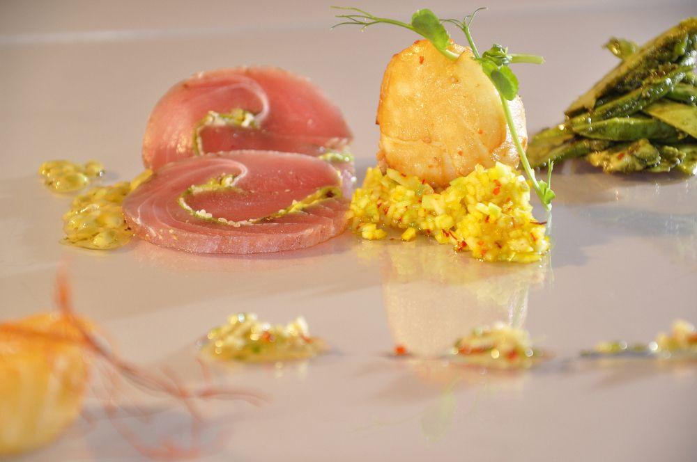 Roh marinierter Thunfisch mit geräucherter Jakobsmuschel sowie Mango-Avocade Salat