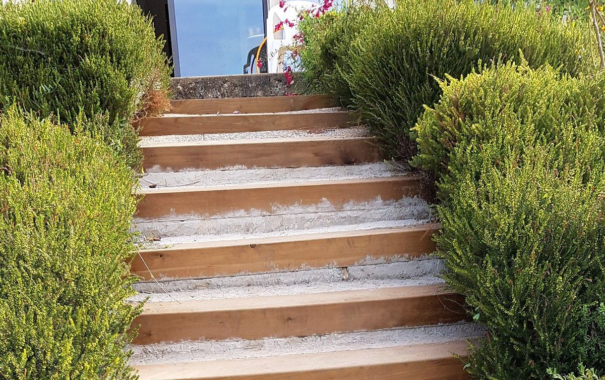 Habillage D Un Escalier Beton Par Des Marches Et Contremarches En Pierre Naturelle De Bo Escalier Exterieur Beton Habillage Escalier Carrelage Pierre Naturelle