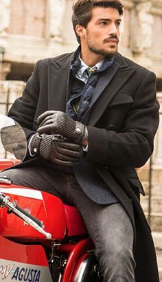 d97de07c4c85e Style italien   Mariano Divaio change les vitesses de sa moto customisée  lors de l inauguration du magasin hommes Polo Ralph Lauren de Rome.