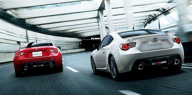 """toyota86 (右):GT""""Limited"""" ボディカラーのサテンホワイトパール〈37J〉(左):GT ボディカラーはライトニングレッド〈C7P〉"""
