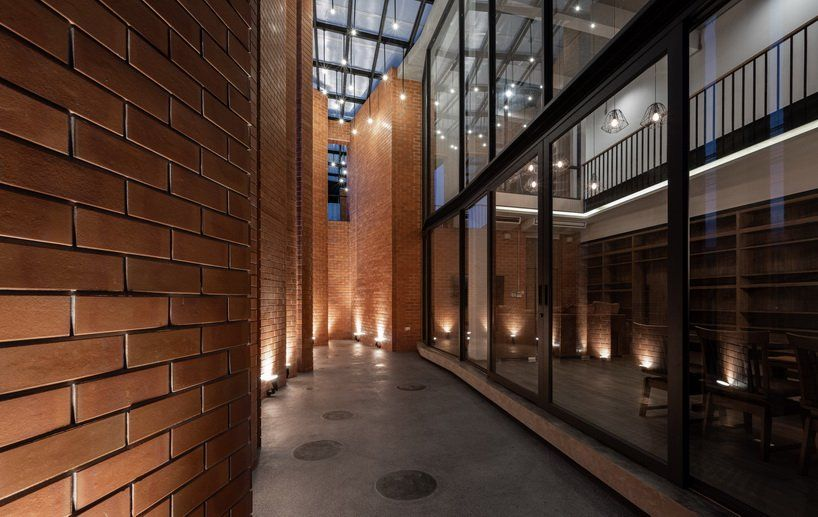 Overlapping Strips Of Terracotta Tiles Shade Archimontage S Pakkret House In Thailand In 2020 Design Fields Terracotta Tiles Exposed Concrete