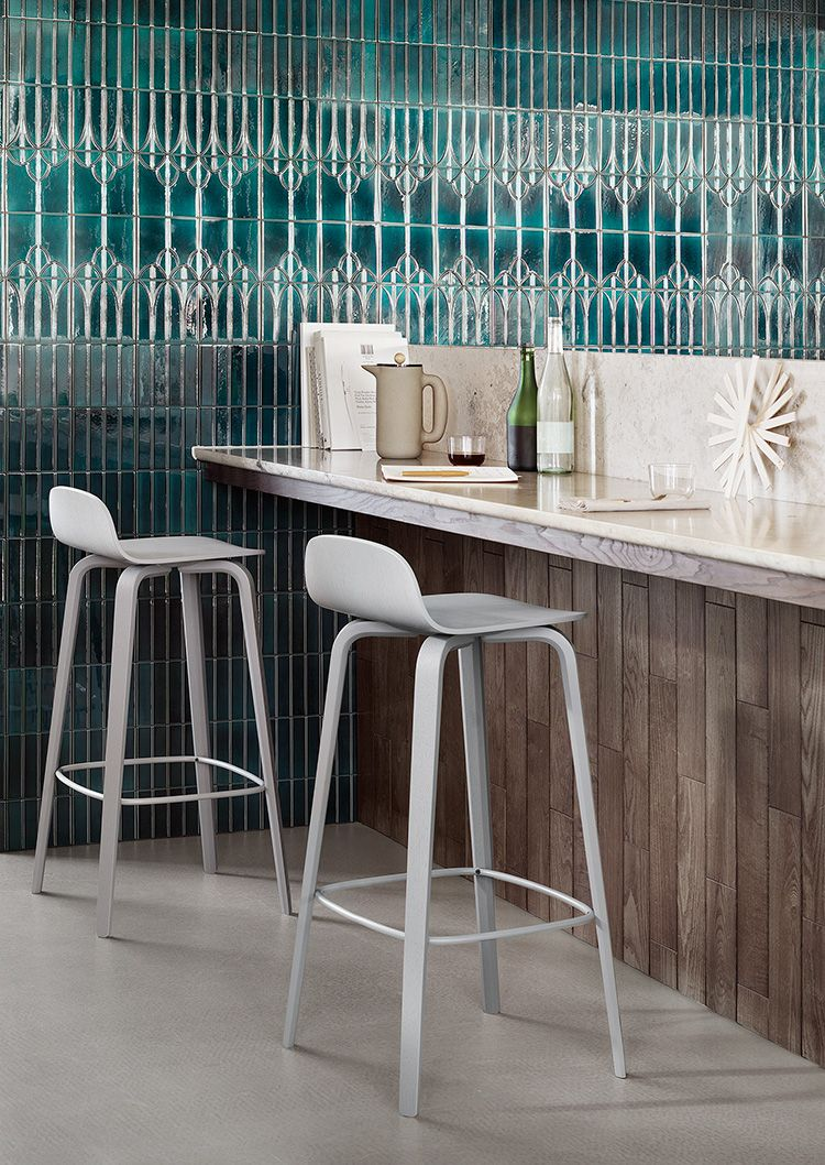Timeless And Comfortable Bar Stool Interior Decor Inspiration From Muuto With Its Small Curved Back And Long Elegant Legs Med Billeder Barstol Mobeldesign Indretningsideer