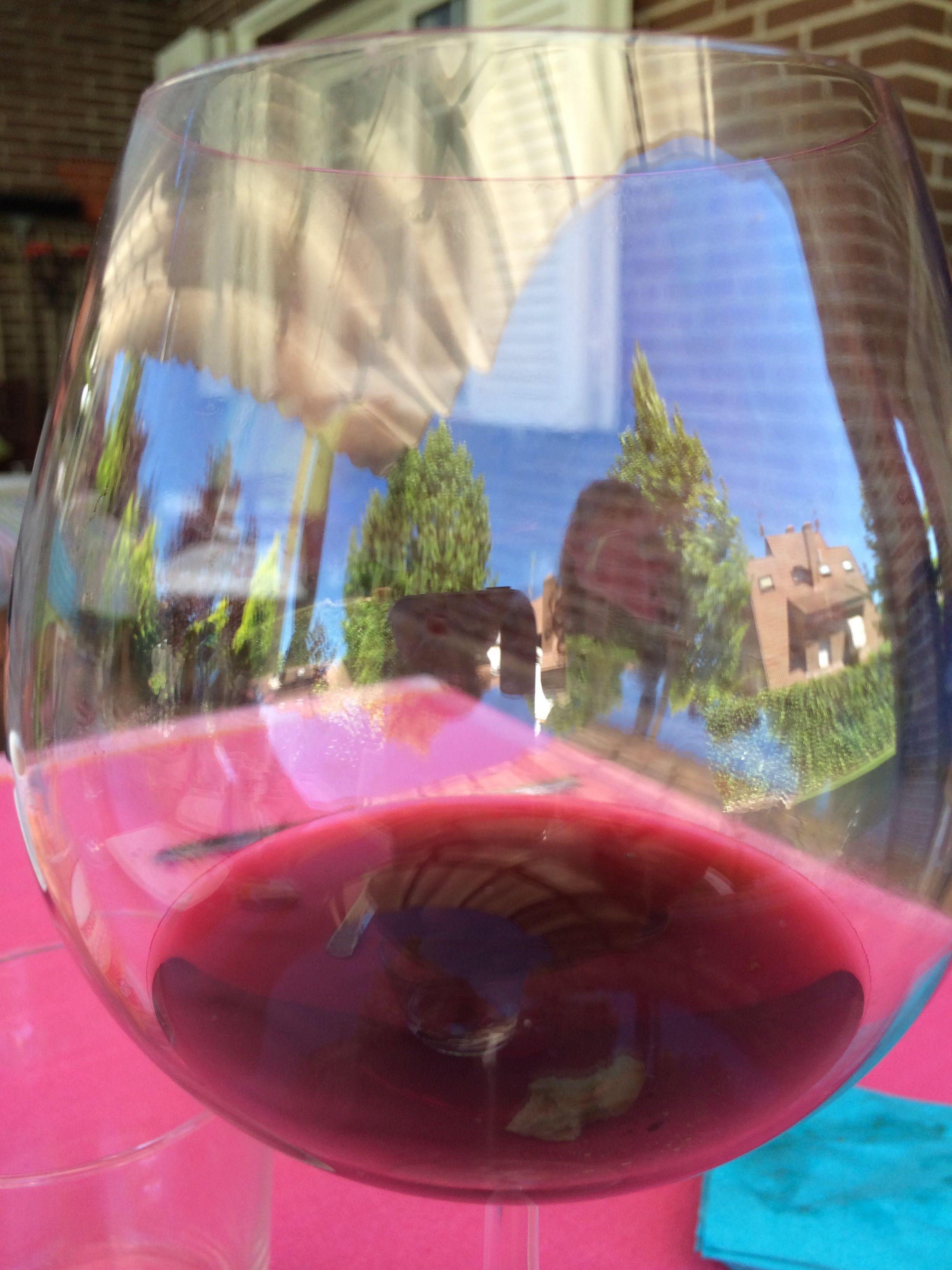 Una Copa De Vino En Una Terraza En Madrid Buen Tiempo Y Buen Entorno Copas De Vino Terrazas Madrid Gastronomia