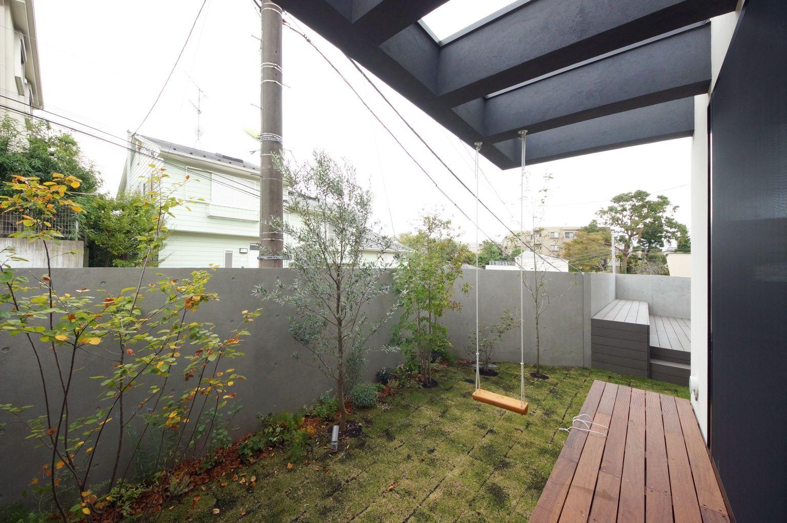 自然を取り込む都市の家 ブランコのある庭 重量木骨の家 選ばれた工務