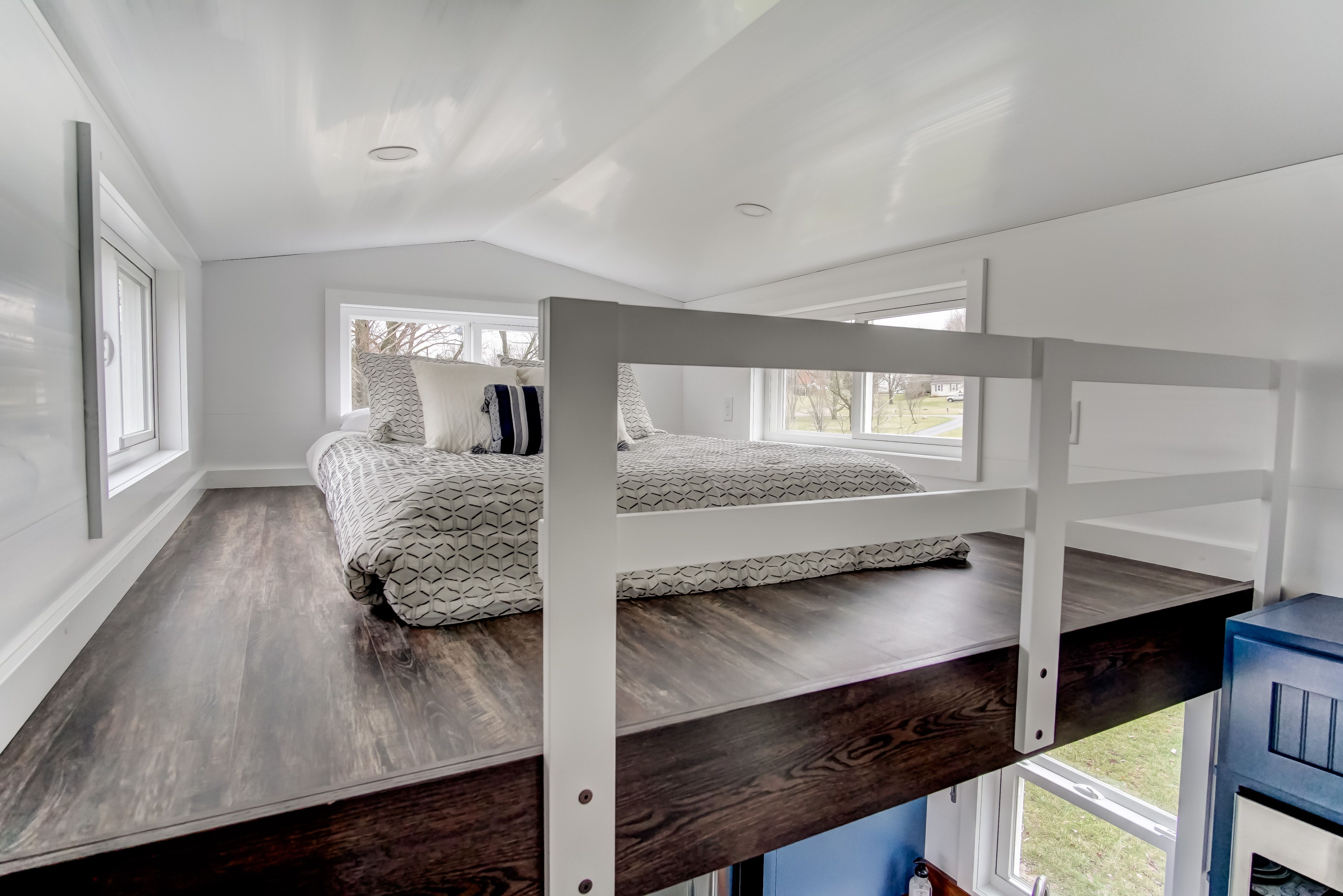 Beautiful Queen loft with railing, vinyl flooring, PVC