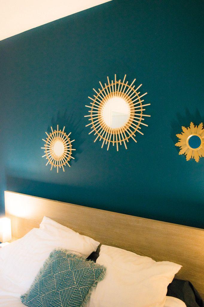 Tete de lit peinture bleu canard chambre miroir soleil bois et dor coussin bl architecture - Deco chambre dore ...