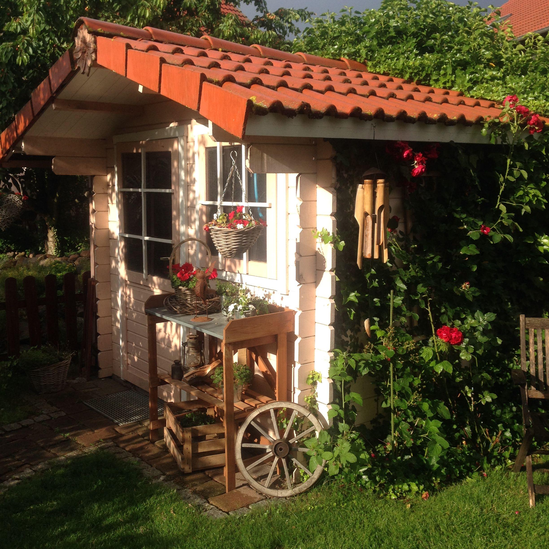 Gartenhaus rustikal l ndlich dekoriert for Holzwand im garten dekorieren