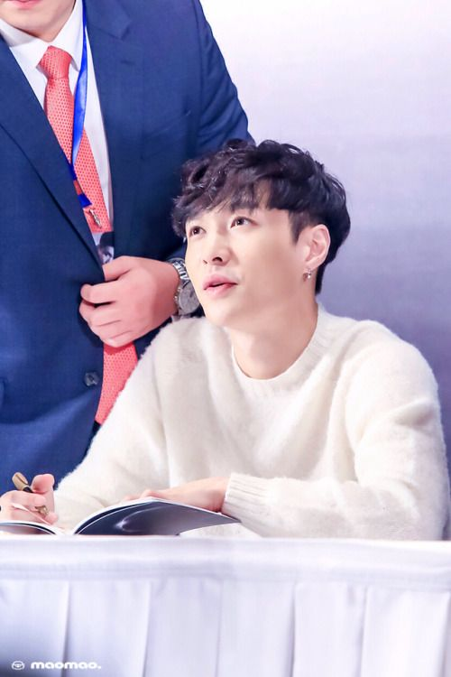 Lay - 161117 'Lose Control' Beijing fansign  Credit: MaoMao.