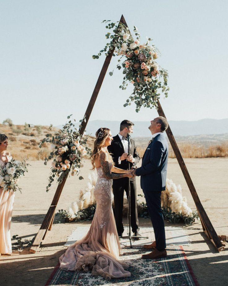 Glam And Boho Ranch Hochzeit In Blush Tone Hochzeitsbogen Bogen Hochzeit Hochzeitszeremonie