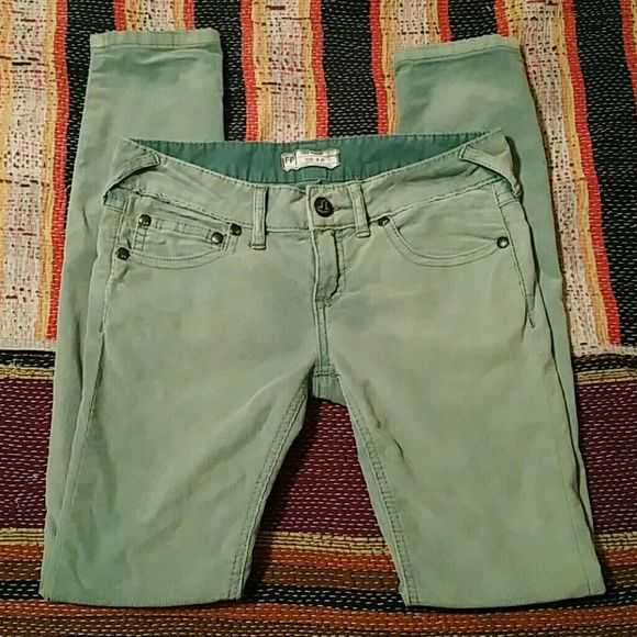 "Free People sage green skinny cords Free People size 27 sage green skinny cords Excellent condition! Inseam 31"" Rise 7"" Free People Pants Skinny"