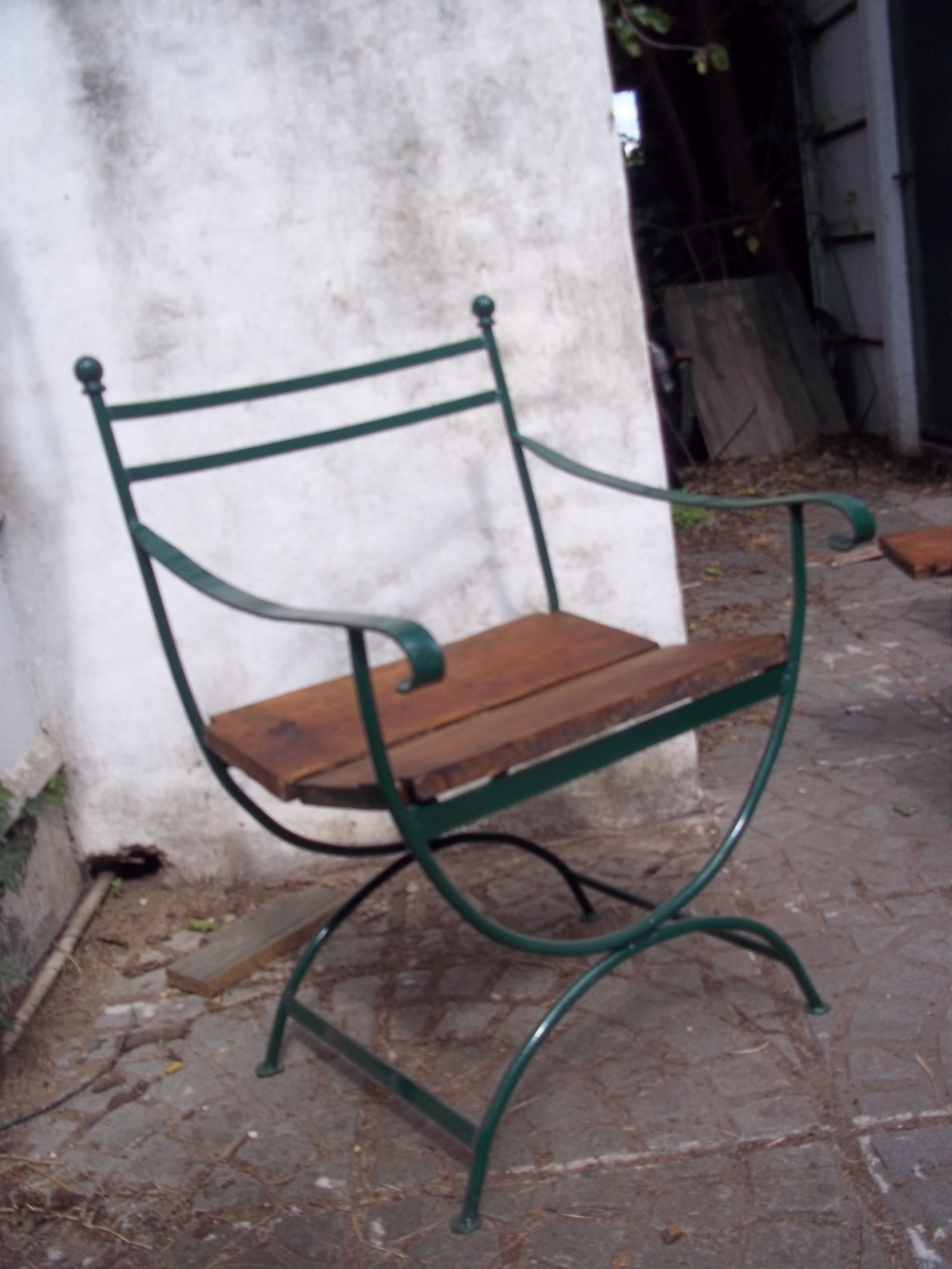 Silla de hierro y madera para el jardin lo pr ctico y for Sillas de jardin de hierro