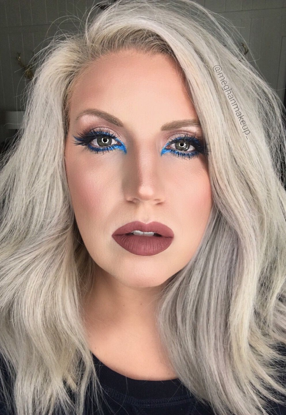 Neon blue eyeliner and brown lips. Love a pop of color