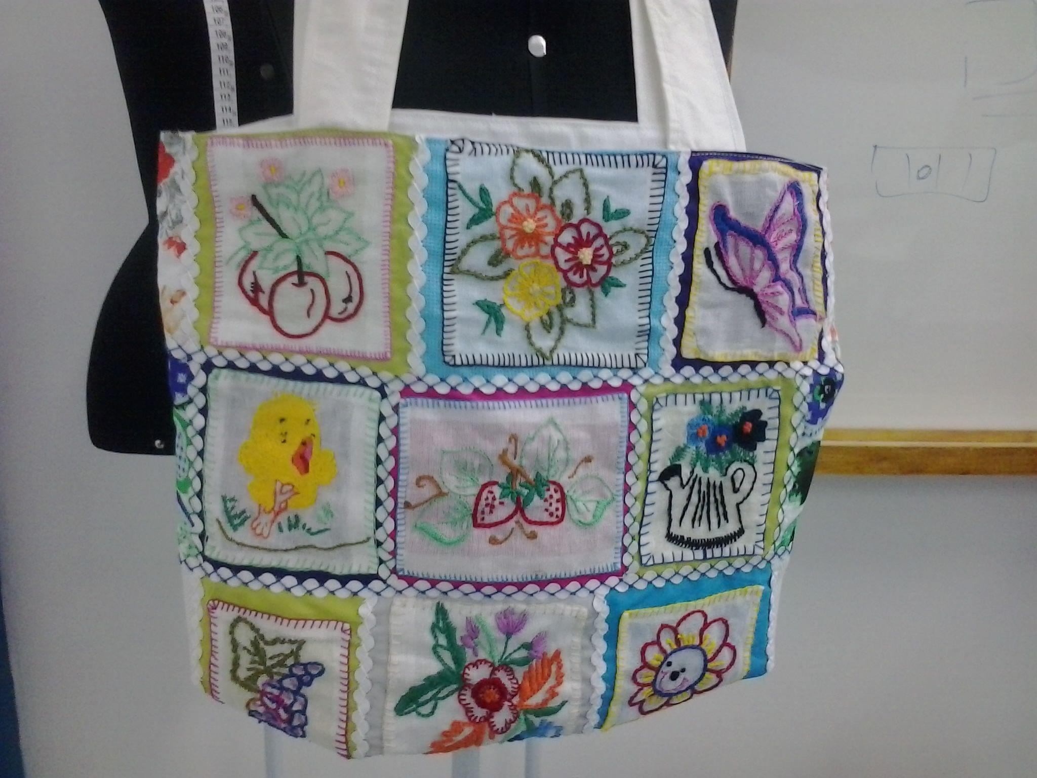 bolsa de algodão feitas com pedaços de tecidos bordados com pontos livres e presos com sianinhas.