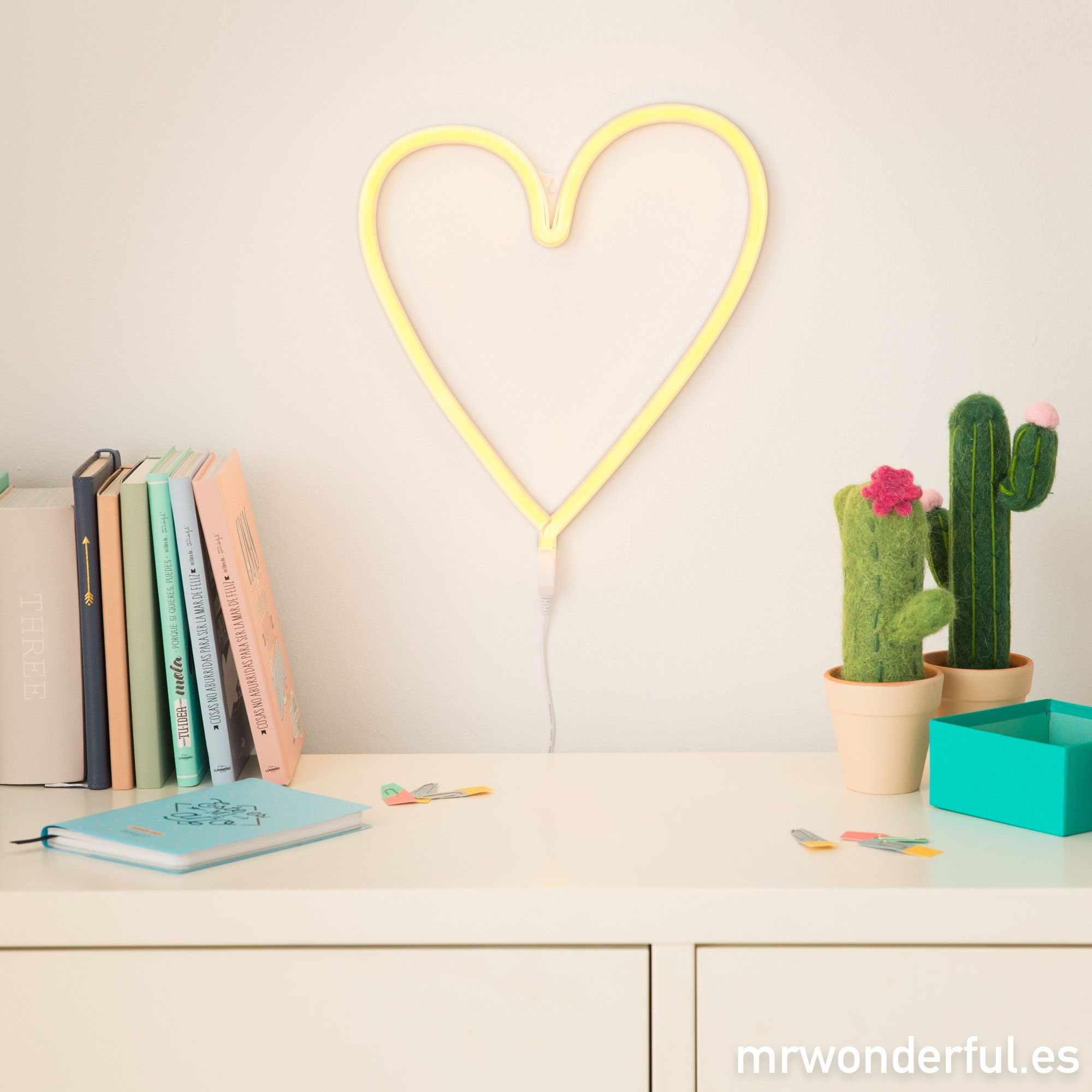Luz de ne n con forma de coraz n amarilla esta luz de for Guitarras para ninos casa amarilla