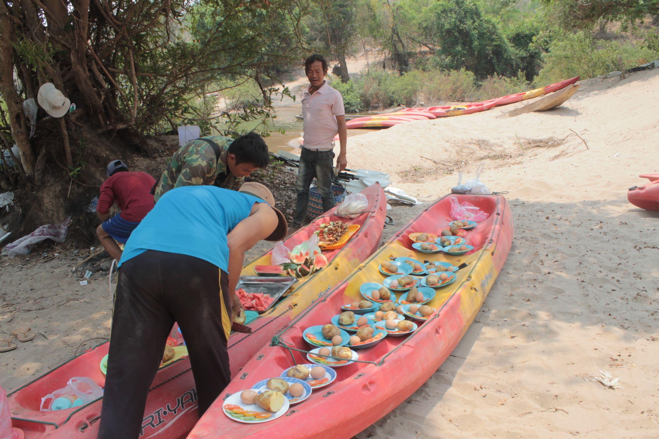 Preparando la comida el día del kayak