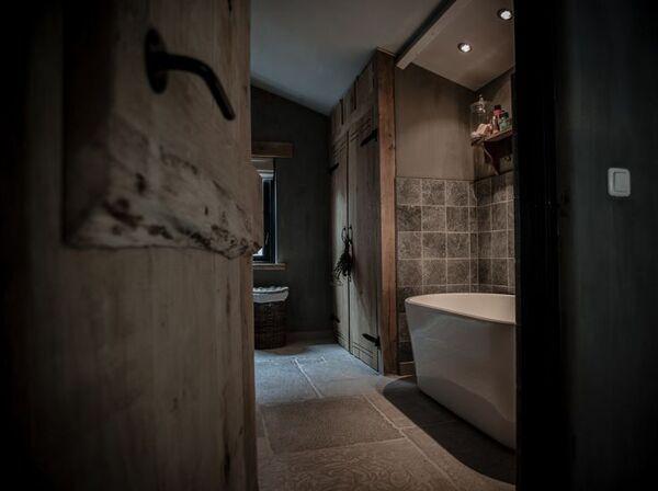 Landelijke badkamer met grijstinten i.c.m. hout, houten deuren en ...