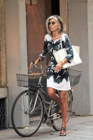 acfbea0b29f2 Casual print Tshirt dress with a simple tote.paola marella