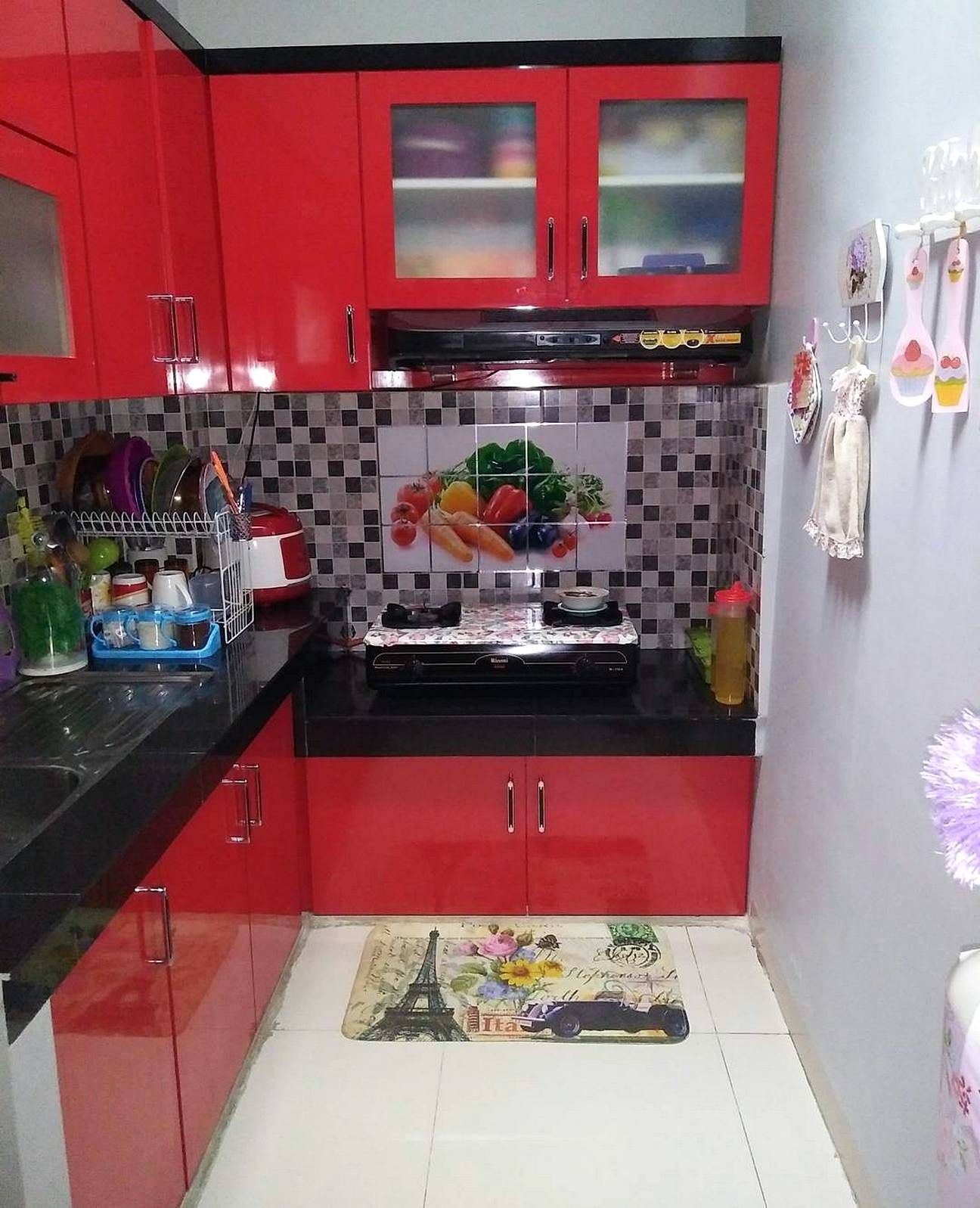Motif keramik dapur sempit warna merah dipadu dengan motif for Kitchen set warna putih