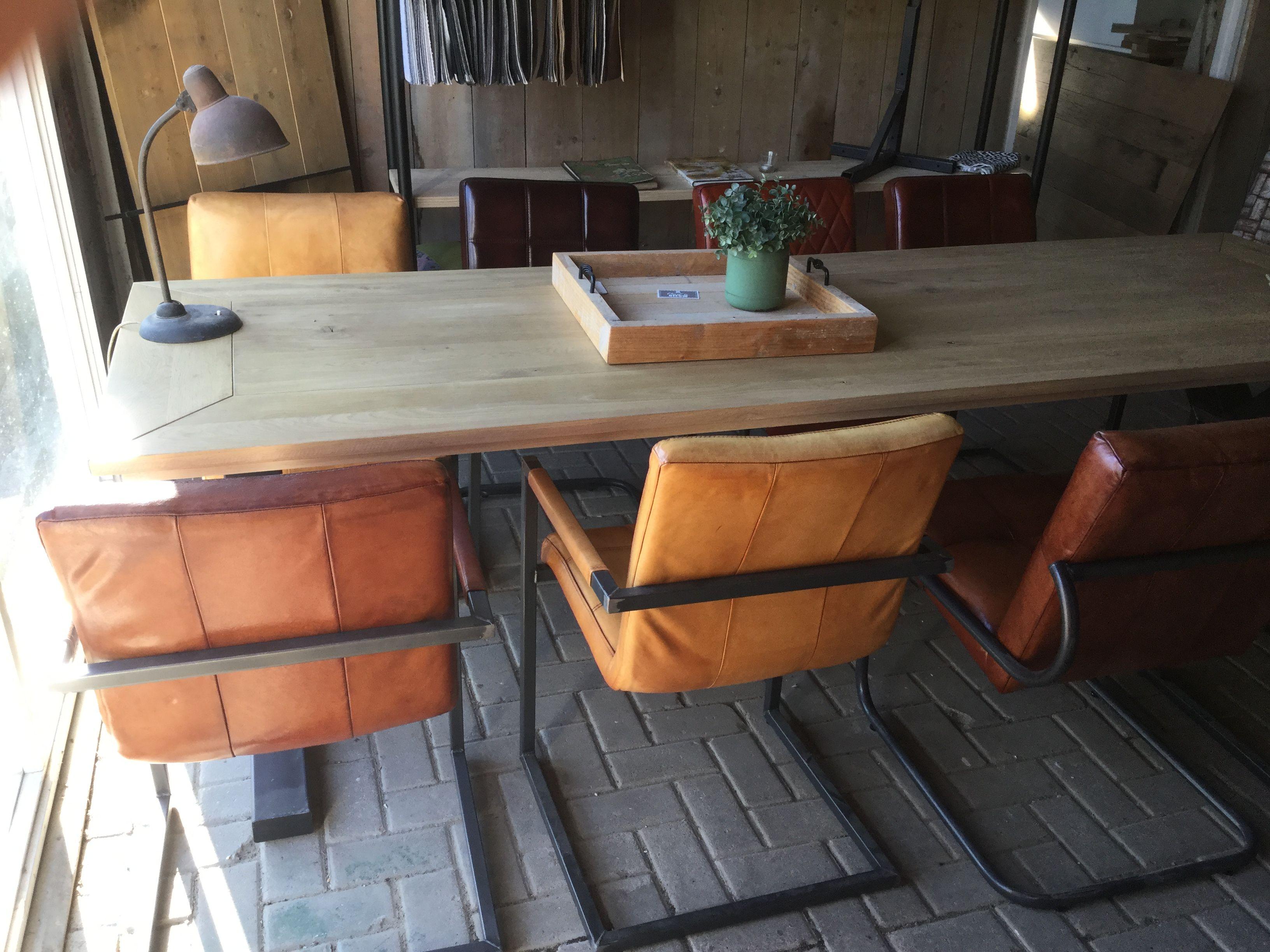Stoer Industriele Eetkamerstoelen : Mix en match van industriële stoelen aan een stoere industriële