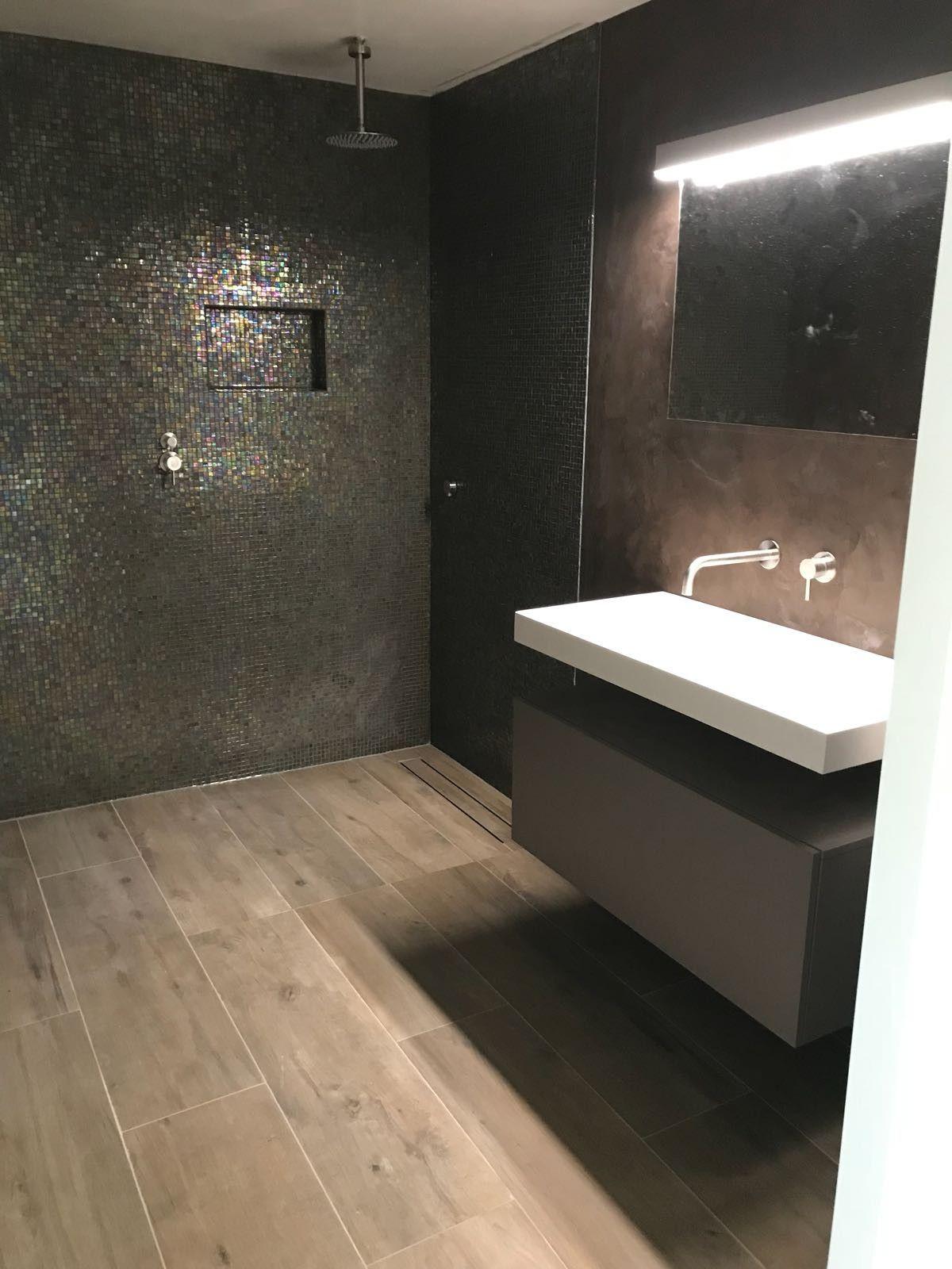 Oplevering badkamer Glasmozaiek vloertegel houtnerf betonstuc ...