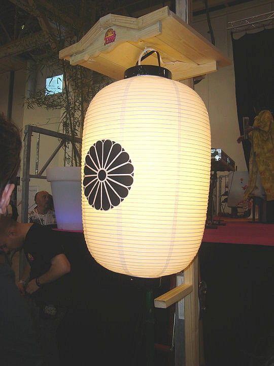 une lanterne japonaise qui d core la sc ne deco en 2019. Black Bedroom Furniture Sets. Home Design Ideas