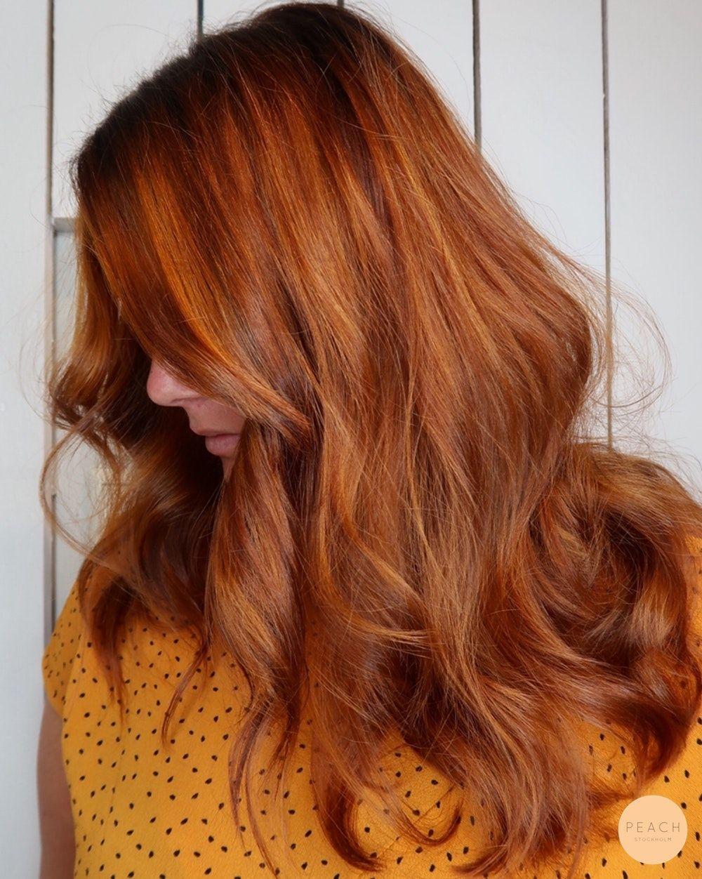 ljusa slingor i rött hår