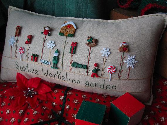 Almohada de taller jardín de Santa por PillowCottage en Etsy - jardines navideos