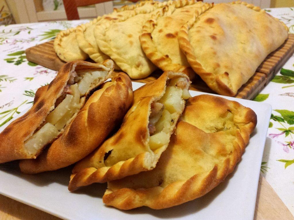 Scacciate siracusane patate e salsiccia recipe sicilia for Ricette cibo