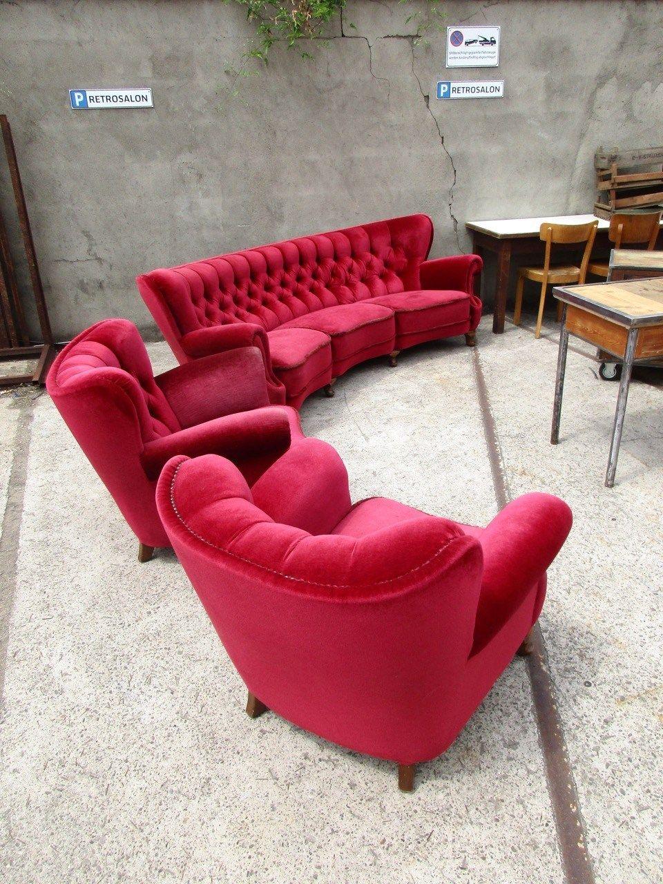 WARENEINGANG: gebogenes Chesterfield Sofa mit Sesseln, Sideboard und Schreibtisch im Industrie Design... - Retro Salon Cologne