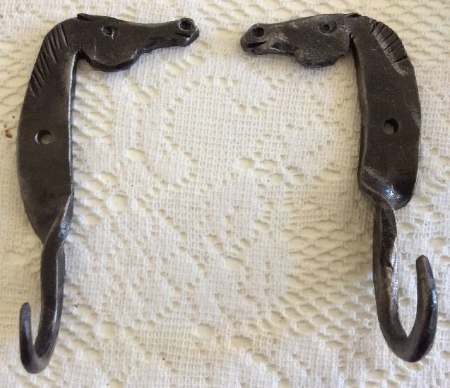 A PAIR OF FOLK ART HAND WROUGHT IRON HORSE HEAD WALL HOOKS COAT HOOK HANGER  BH4