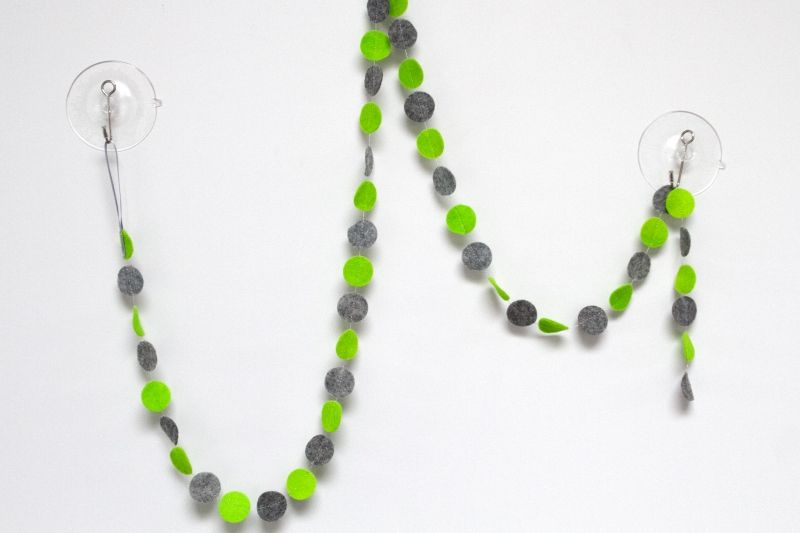 Slinger CIRKEL - Lime/grijs: vrolijke slinger met cirkels in diverse kleuren. Ca. 1,5 m lang, doorsnede cirkels ca. 2,5 cm. Naar wens op maat gemaakt in de door jou gewenste kleuren!