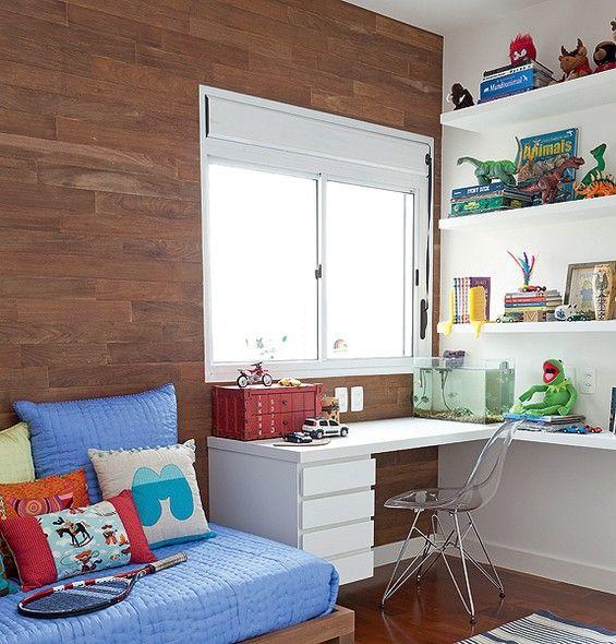 No quarto de Martim, filho da designer Ana Morelli, um painel de ipê de demolição cobre toda a parede. O canto de estudo é bem iluminado pela claridade da janela