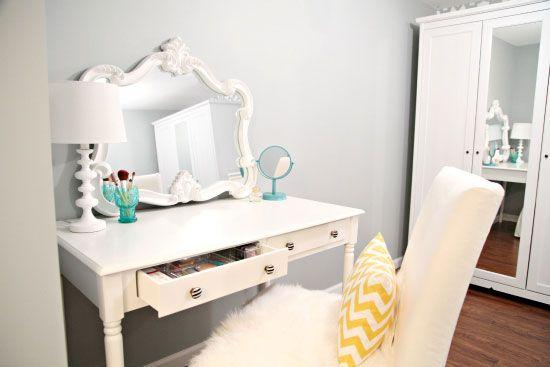 Coiffeuse blanche miroir fausse fourrure blanche sur la chaise