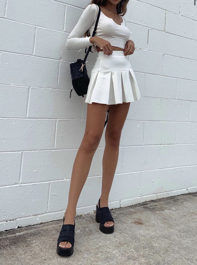 Pin By Amber On Fits In 2020 Tennis Skirt Outfit Pleated Mini Skirt Outfit White Tennis Skirt