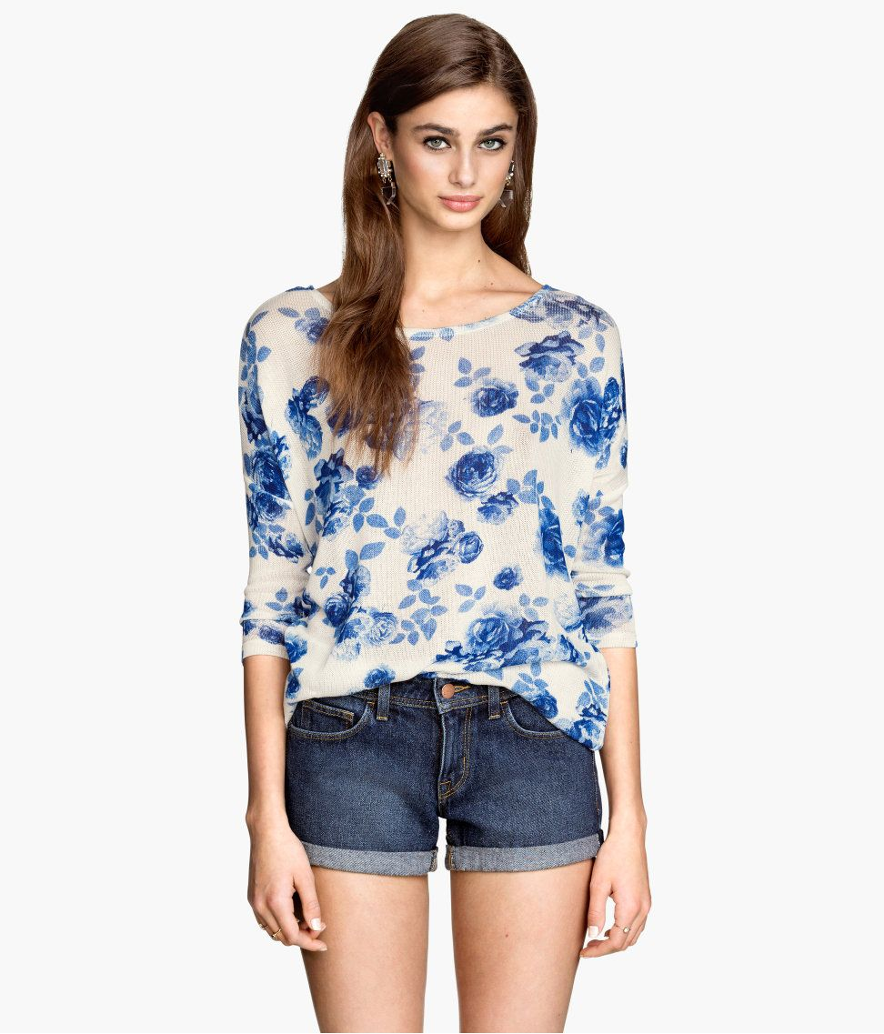 White fine-knit sweater with 3/4-length sleeves & blue floral print.│ H&M Divided