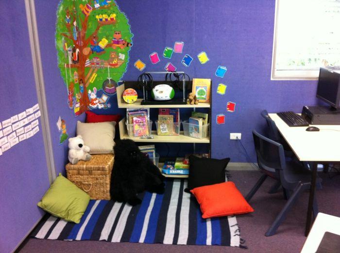 kinderzimmer gestalten leseecke sitz kisten schreibtisch leseecke lila wand kinderzimmer. Black Bedroom Furniture Sets. Home Design Ideas